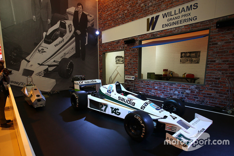 Une Williams FW06 sur le stand Williams Martini Racing