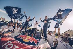 Dakar-winnaars Stéphane Peterhansel, Jean-Paul Cottret, Peugeot Sport, met Bruno Famin