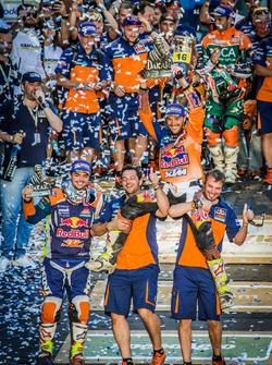 Kazanan #14 Red Bull KTM Factory Racing: Sam Sunderland ve #16 Red Bull KTM Factory Racing: Matthias Walkner takım ile