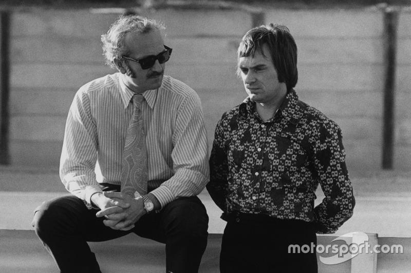 Colin Chapman, a Lotus alapítója Bernie Ecclestone-nal, a Brabham csapatfőnökével