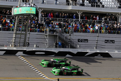 Checkered flag for #22 Tequila Patron ESM Nissan DPi: Ed Brown, Johannes van Overbeek, Bruno Senna, Brendon Hartley and #2 Tequila Patrón ESM Nissan DPi: Scott Sharp, Ryan Dalziel, Luis Felipe Derani, Brendon Hartley