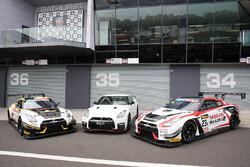 Gruppenfoto: Autos von Nissan Motorsport bei den 12h Bathurst 2017
