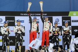 Podio: i vincitori Jari-Matti Latvala, Miikka Anttila, Toyota Racing con Tommi Makinen