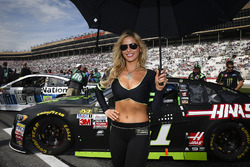 Monster girl aan de wagen van Kurt Busch, Stewart-Haas Racing Ford