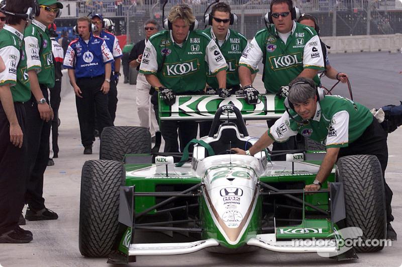 Le team Kool Gren pousse la voiture dans la pitlane