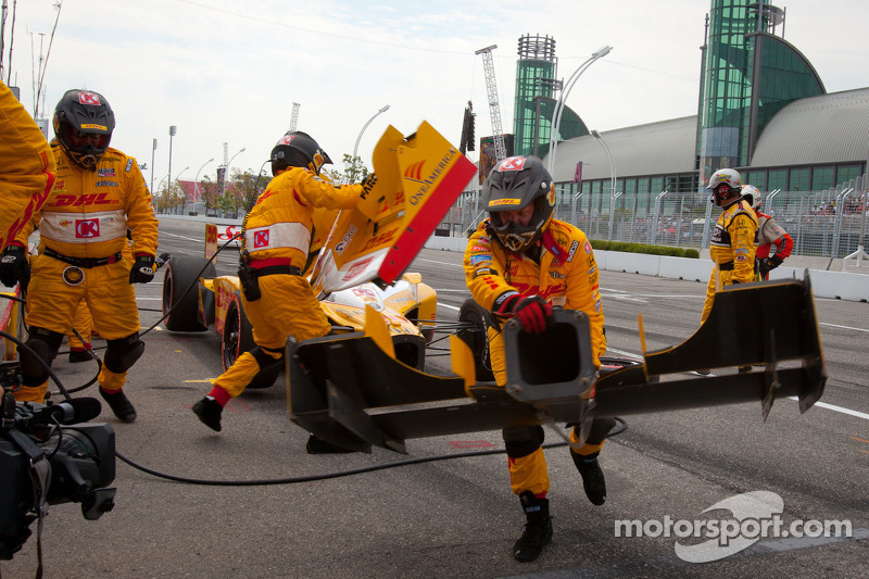 Ryan Hunter-Reay, Andretti Autosport in the pits for a front wing change