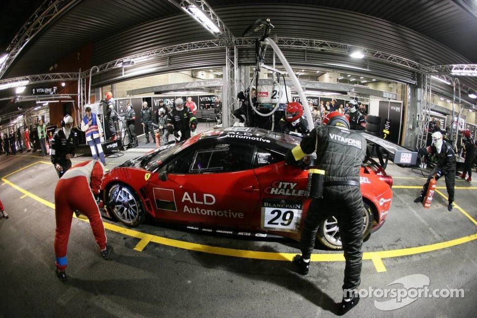 Pit stop for Vita4One Ferrari 458 Italia: Matteo Bobbi, Frank Kechele, Giacomo Petrobelli