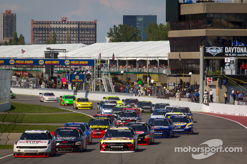 Start: Jacques Villeneuve, Penske Racing Dodge leads the field