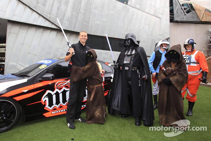 (V8 SUPERCARS) Jonathon Webb rebela la decoración Star Wars en el Mother Energy Ford Falcon
