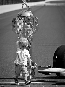 Dan Wheldon' son Sebastian decides to kiss the yard of bricks