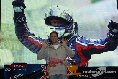 Sebastian Vettel bezoekt Red Bull-hoofdkwartier