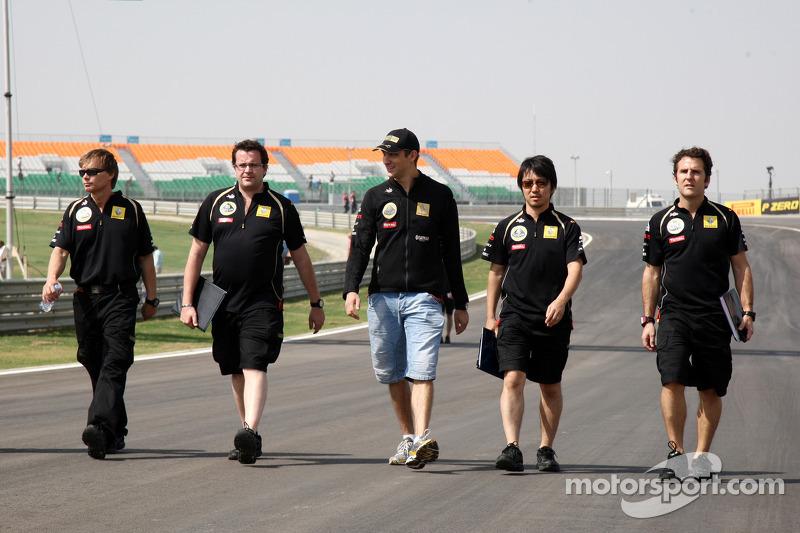 Vitaly Petrov, Lotus Renault GP walks the track