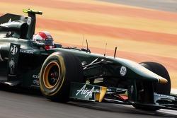 Jarno Trulli, equipo Lotus lleva una réplica del casco de Marco Simoncelli como un homenaje
