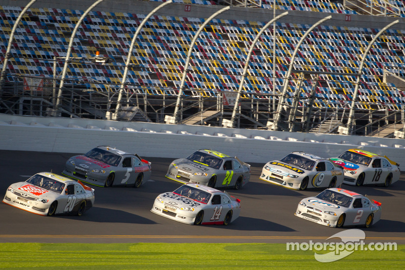 Joey Logano, Joe Gibbs Racing Toyota aan de leiding