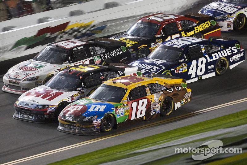 Kyle Busch, Joe Gibbs Racing Toyota en Greg Biffle, Roush Fenway Racing Ford gevecht