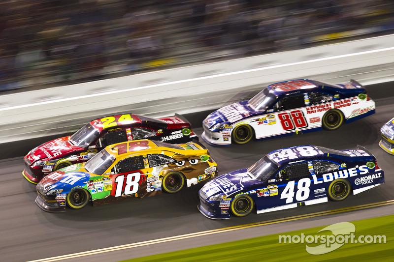 Kyle Busch, Joe Gibbs Racing Toyota, Jeff Gordon, Hendrick Motorsports Chevrolet, Jimmie Johnson, He