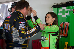 Danica Patrick, Stewart-Haas Racing Chevrolet tries to attached her hair band on Ryan Newman, Stewart-Haas Racing Chevrolet