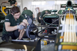 Caterham mechanic works on Rodolfo Gonzalez's car