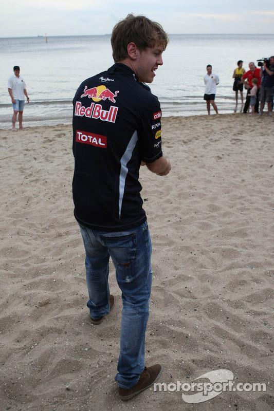Sebastian Vettel, Red Bull Racing and Mark Webber, Red Bull Racing playing cricket on the beach