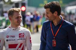 Гонщик Haas F1 Кевин Магнуссен и Марк Уэббер