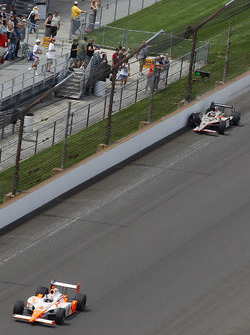 J.R. Hildebrand, Panther Racing is passed by Dan Wheldon, Bryan Herta Autosport with Curb/Agajanian after crashing