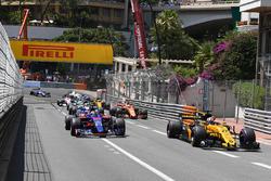 Nico Hulkenberg, Renault Sport F1 Team RS17 y Daniil Kvyat, Scuderia Toro Rosso STR12al inicio