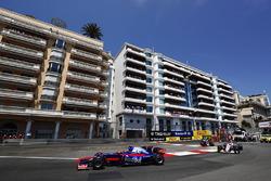 Carlos Sainz Jr., Scuderia Toro Rosso STR12, Sergio Perez, Sahara Force India F1 VJM10
