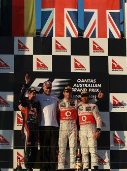 Segundo lugar Sebastian Vettel, Red Bull Racing; ganador de la carrera Jenson Button, McLaren Mercedes y el tercer lugar Lewis Hamilton, McLaren Mercedes