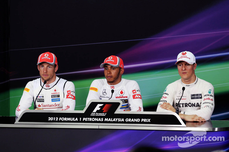 Jenson Button, McLaren Mercedes; ganador de la pole Lewis Hamilton, McLaren Mercedes y Michael Schumacher, Mercedes GP en la conferencia de prensa