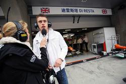 Jenny Gow, BBC Radio 5 Live Pitlane Reporter met Paul di Resta, Sahara Force India F1