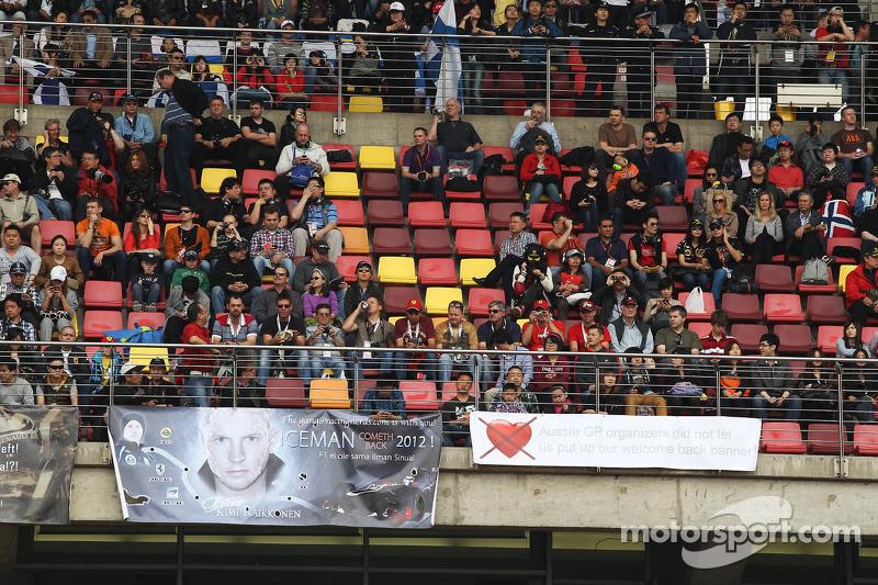 Kimi Raikkonen, Lotus F1 Team fans met spandoeken