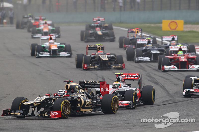 Romain Grosjean, Lotus F1 voor Lewis Hamilton, McLaren bij de start