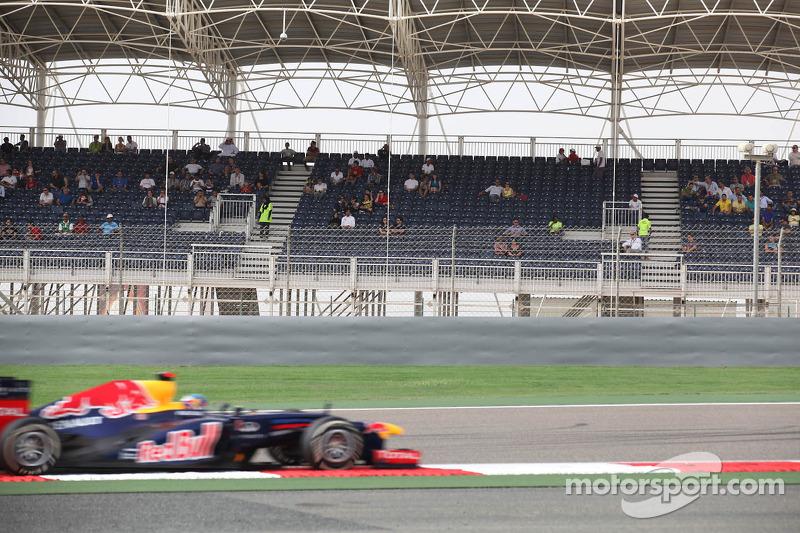 Sebastian Vettel, Red Bull Racing passeert lege tribune