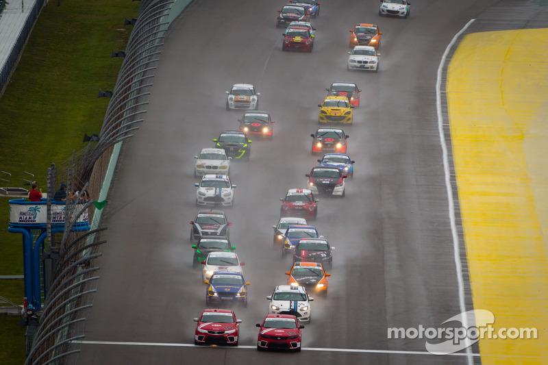 ST start: #10 Kinetic/Kia Racing KIA Forte Koup: Andy Lally, Nic Jonsson en #12 Kinetic/Kia Racing KIA Forte Koup: Mathew Pombo, Marc Pombo