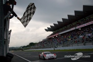 #39 Lexus Team Sard Lexus SC430: Juichi Wakisaka, Hiroaki Ishiura takes the checkered flag