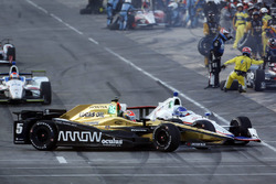 James Hinchcliffe, Schmidt Peterson Motorsports Honda and Helio Castroneves, Team Penske Chevrolet crash in pit lane