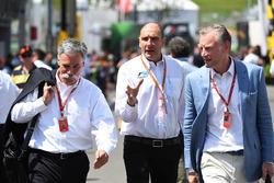 Председатель Formula One Group Чейз Кэри, Бруно Мишель и Шон Братчес