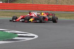 Sebastian Vettel, Ferrari SF70H in duel met Max Verstappen, Red Bull Racing