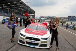 Gridgirls am Auto von  Borja Garcia, Racers Motorsport Ford