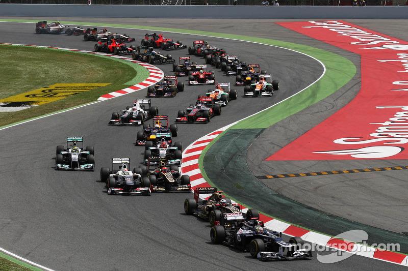 Pastor Maldonado, Williams leads Romain Grosjean, Lotus F1 at the start of the race