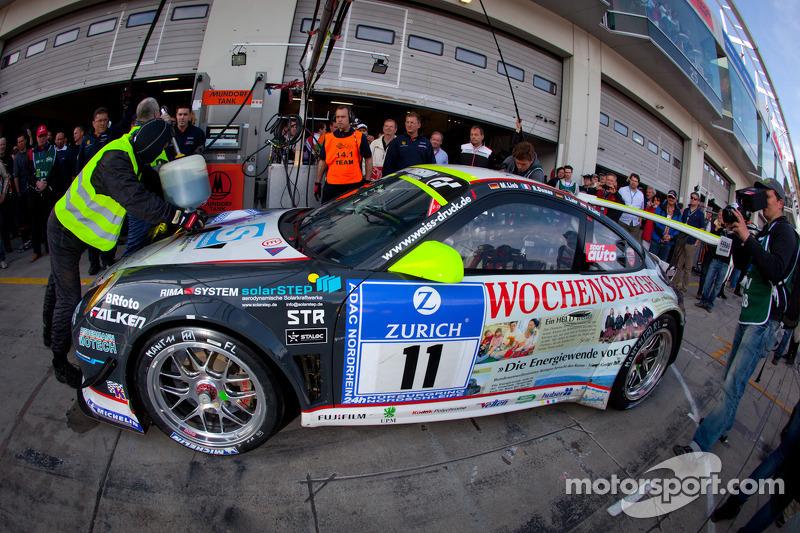 PIt stop for #11 Wochenspiegel Team Manthey Porsche 911 GT3 R: Marc Lieb, Romain Dumas, Lucas Luhr, Richard Lietz