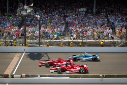 Dario Franchitti, Target Chip Ganassi Racing Honda gewinnt vor Scott Dixon, Target Chip Ganassi Racing Honda und Tony Kanaan, KV Racing Technology Chevrolet