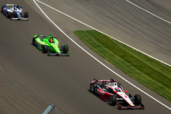 Ryan Briscoe, Team Penske Chevrolet leads James Hinchcliffe, Andretti Autosport Chevrolet
