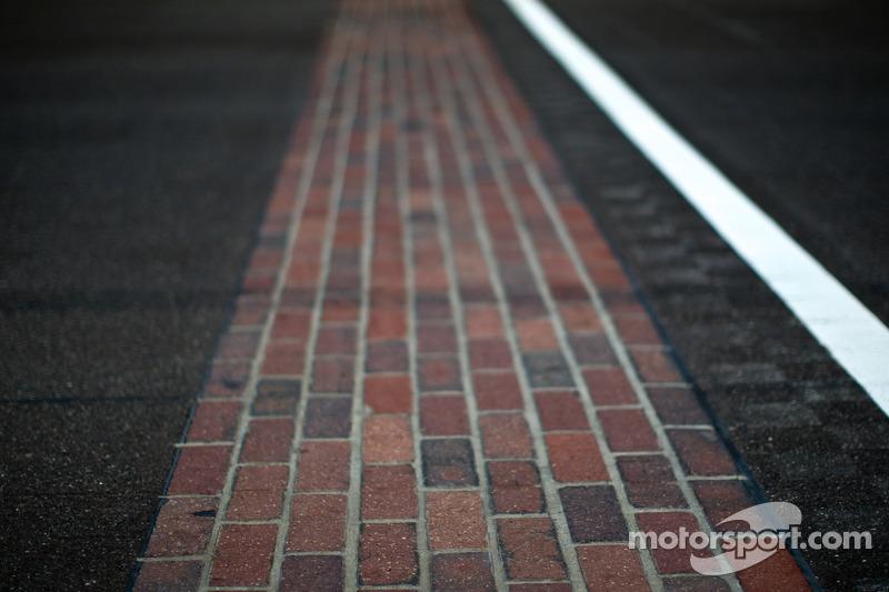 «Индианаполис Мотор Спидвей» называют «старой кирпичницей», поскольку в начале XX века владельцы трассы заменили грунтовое покрытие трека, уложив 3,2 миллиона кирпичей. Сейчас от них осталась только небольшая полоса на линии старт-финиш