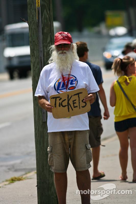 Hij heeft tickets nodig