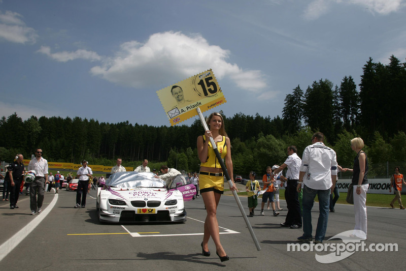 Gridgirl voor Andy Priaulx, BMW Team RBM BMW M3 DTM