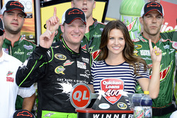 Victory Lane: Sieger Dale Earnhardt Jr. feiert mit Freundin Amy Reimann