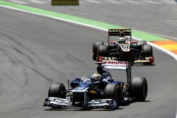Pastor Maldonado, Williams leads Kimi Raikkonen, Lotus F1