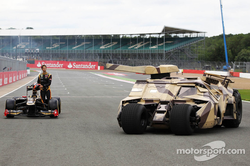 Romain Grosjean, Lotus F1 E20 met Tumbler voertuig van de Batman film The Dark Night Rises