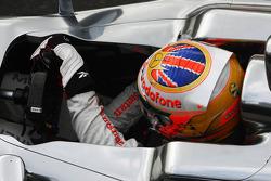 Lewis Hamilton, McLaren, mit einem Aufkleber für Maria de Villota, Marussia F1 Team
